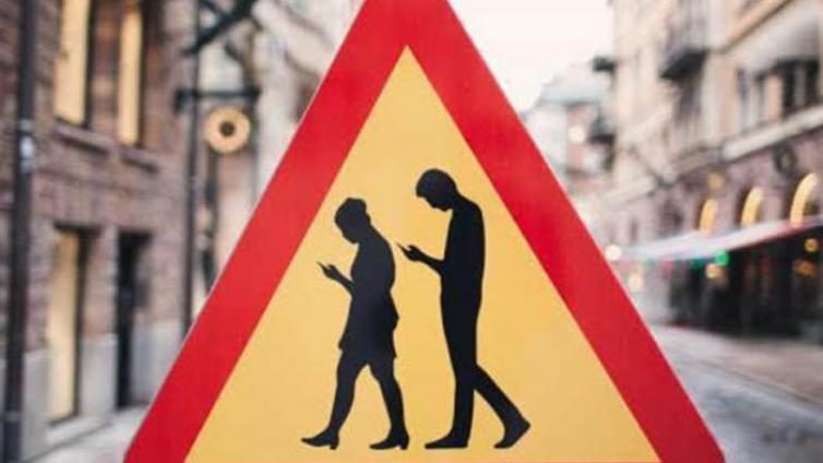 """社会   从""""低头族罚单""""开始 阻断""""手机驯化""""危险之路"""