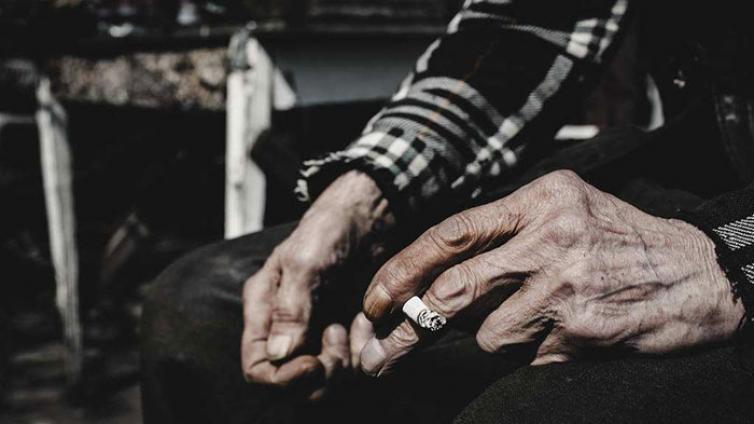 """老人丨不差钱的""""乞讨奶奶"""" 乞的是老年人的存在感"""