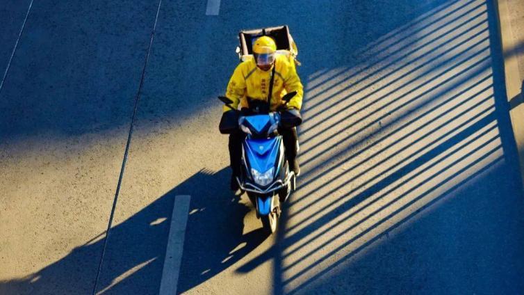 关于外卖骑手困境的舆论热议中,谁的声音缺位了? | 热点?